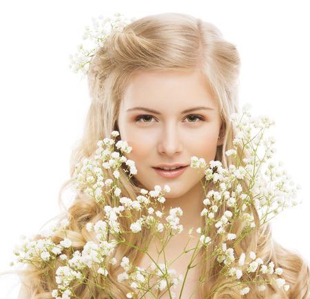 Vrouw Portret van de schoonheid, Jong Meisje met Bloem en Blond haar, gladde huid Make-up, Natuurlijke cosmetica concept, geïsoleerd over witte achtergrond