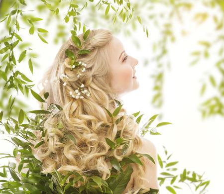 Pelo en hojas verdes, Cuidado Tratamiento natural, mujer con largo rizado pelos rubios, Vista posterior sobre blanco