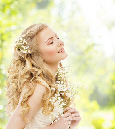 modelos posando: Feliz Sue�o de la mujer, chica joven con la flor, Ojos cerrados Pelo Rubio Largo, Belleza femenina Lifestyle Concept Foto de archivo