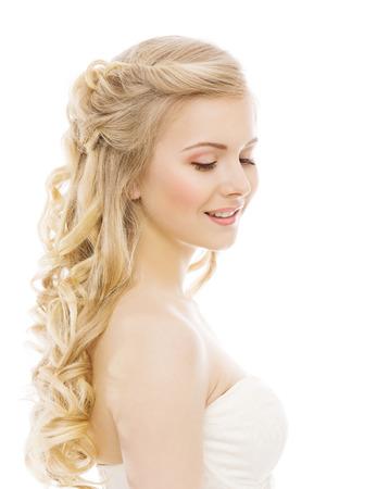 modelos posando: Belleza Maquillaje Cabello largo, Chica joven con rubio rizado Peinado, Modelo de modas Retrato, aislado sobre fondo blanco