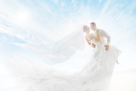 Bruid en bruidegom paar dansen, trouwjurk en lange sluier