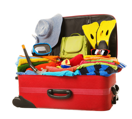 vacaciones en la playa: Maleta para vacaciones, Open Red equipaje lleno de ropa, Viajes Familia Art�culos de equipaje, concepto de viaje Foto de archivo