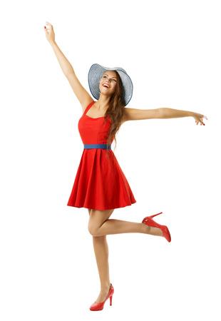 両手と白で分離された赤ドレス ビーチ帽子で幸せな女性に影響を与えたモデル探して