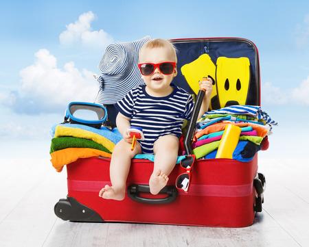 maleta: Beb� en maleta del viaje. Kid dentro equipaje pila de discos por vacaciones llenas de ropa, Ni�o y Familia de viaje