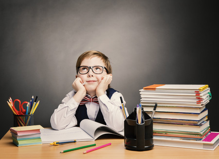 ottimo: Bambino di scuola ragazzo con gli occhiali Pensare in Aula, Kid Primaria Studenti libro di lettura, allievo eccellente Scopri lezione e sogno, Education Concept Archivio Fotografico