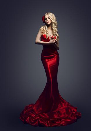 traje de gala: Vestido Rojo Modelo de modas, Mujer con estilo en vestido elegante belleza, ropa Chica Posando Slinky noche en Studio