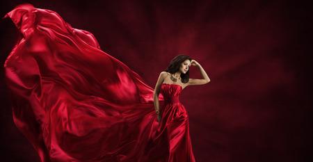 tela seda: Vestido Rojo, Mujer en Flying Moda de seda de tela Ropa, Posando Modelo con Blowing Agitando Tela, Beauty Concept