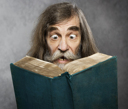 Senior Old Man Read Book Amazing Face Crazy Shocked Eyes Confused Surprised People Stockfoto