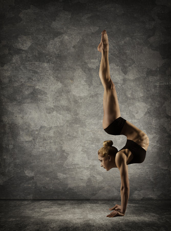 counterbalance: Hand Stand, Woman Handstand, Girl Acrobat Performer doing Hands Standing Upside Down Stock Photo