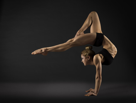 gymnastique: Acrobat Interprète, stand Cirque Femme main, Gymnastique Retour Bend Pose Banque d'images