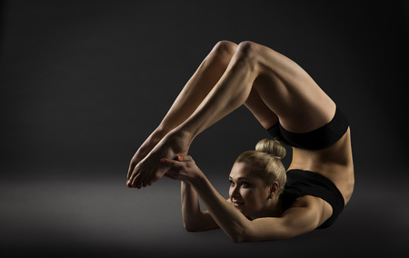 Back Bend Stretching Posture, Bending Woman Acrobat Gymnastics, Sporty Yoga Girl Fitness Training Foto de archivo