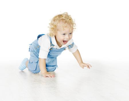 jolie petite fille: Little Child Boy Ramper, bébé garçon isolé sur fond blanc Banque d'images