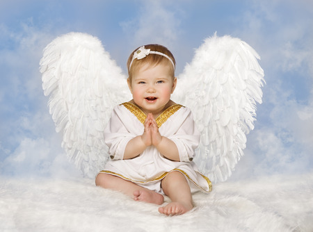Angel Baby Wings, Angelic Cupid Toddler Kid Clasped Hands Folded, New Born Child Sitting at Blue Sky Cloud Archivio Fotografico