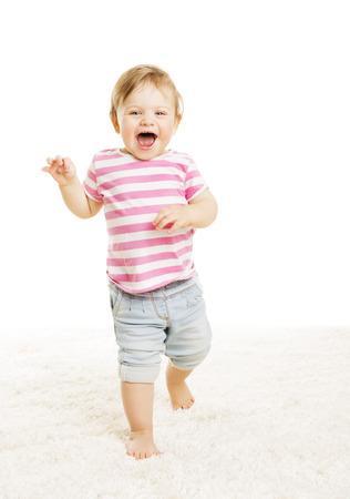 乳幼児: 赤ちゃん子供の行く 1 歳、小さな子女の子笑い開口、白い背景上に行く幸せな幼児 写真素材