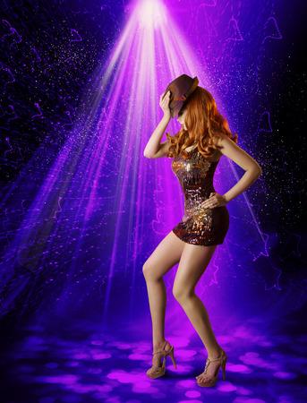ナイトクラブ ダンスの女の子、夜クラブでダンサー帽子でポーズをとる女性アーティスト輝くミニドレス、レーザー照明照明