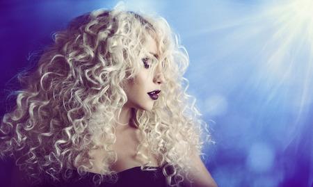 cabello rizado: Rizado, mujer Retrato de la belleza de la cara, Chica Moda Modelo rubio, Peinado y Maquillaje