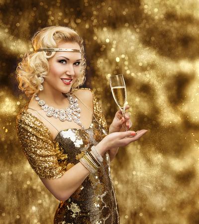 donna ricca: Donna ricca con il vetro di Champagne, Retro signora Celebrando in brillante Vestito dorato, VIP Girl in oro abito Archivio Fotografico