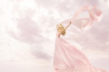 personas saludando: Mujer feliz en vestido rosa largo, Chica con Flying bufanda de seda de tela, el concepto de la alegr�a brazos abiertos Libertad