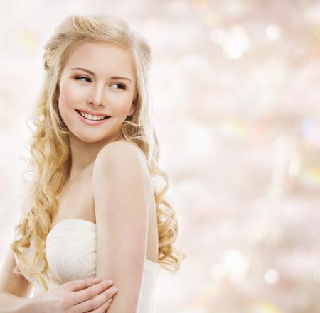 moda: Mulher loura Cabelo Comprido, Modelo Retrato, sorrindo Rapariga que olha sobre o ombro, Maquiagem e Penteado