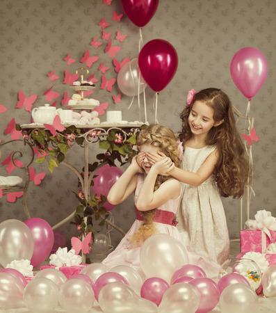 urodziny: Dzieci małe dziewczynki obejmujących oczy rękami, dzieci prezenty urodzinowe Balony Pudełko, Retro Style Celebration Zdjęcie Seryjne