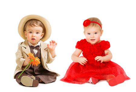 Bebés niños bien vestidos, Chico Traje sombrero vestido de niña. Niños ropa de moda, aislado Un Año Niño sobre blanco