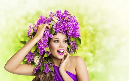 여자 라일락 꽃 헤어 스타일. 패션 소녀 아름다움 얼굴 초상화, 머리에 꽃 꽃다발 모델 메이크업 스톡 콘텐츠