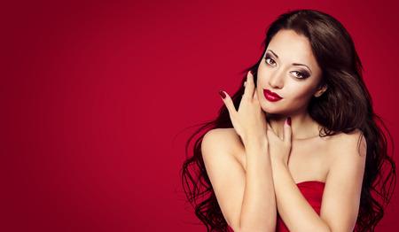 unas largas: Cara de la mujer en Red Nails, Maquillaje Moda Modelo con el pelo largo Negro, Retrato de Sal�n de Belleza, Chica mirando a la c�mara