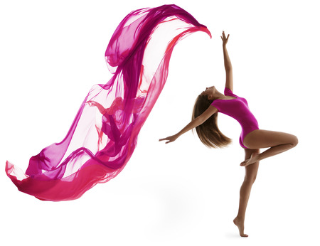 ejercicio aer�bico: Baile de la mujer en el Deporte Leotardo, Chica Sexy Dancer con Flying Pa�o Tela, Gimnasta Flexible posando sobre fondo blanco