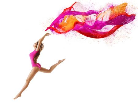 女性は、白い背景の上スポーツ レオタード、ピンクの布を飛ぶ少女ダンサー、スリム体操ポーズでジャンプします。 写真素材