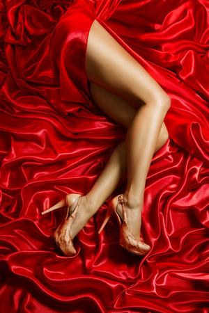 mujer sexy desnuda: Piernas Zapatos Tacones altos sobre paño rojo, atractivo Mujer en Agitando la tela de seda, Chica en sensual vestido