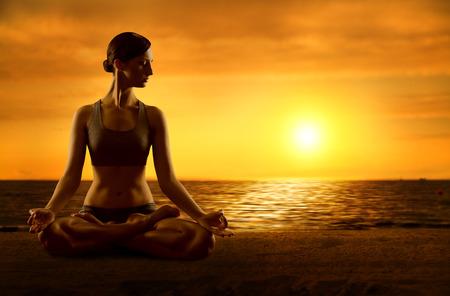 Yoga Mediteren Lotuspositie, Fitness Vrouw Meditatie in Asana Pose, Wijfje op Sunrise Beach Stockfoto