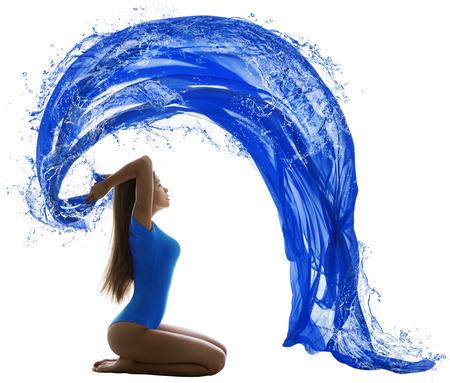 Vrouw Water Wave, sexy meisje in badpak Schilderen blauwe kleur over witte achtergrond, aquatische sport concept