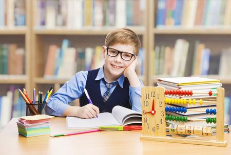 education: Szkoła Kid Edukacja, student chłopiec studiując książki, Małe dziecko w okulary, Abacus zegar Zdjęcie Seryjne