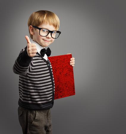 Kid in Gläser, Kinder Advertiser mit Zertifikat Buch, Schule-Jungen-Daumen Zeigt, Zertifizierung Ausbildung