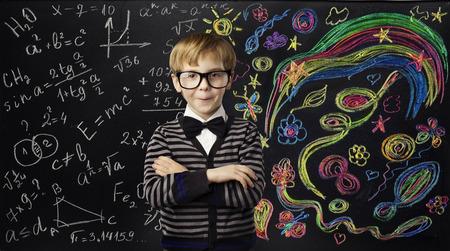 子供の創造性教育の概念、芸術数学の数式を学習子学校の黒チョーク ボードに少年のアイデア