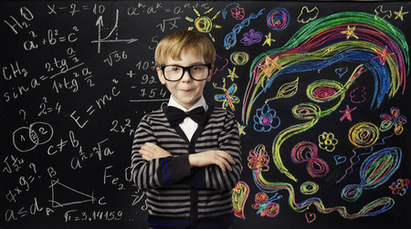 bambini: Kid Creatività Concetto di educazione, Bambino Imparare Arte matematica Formula, scuola Idea Ragazzo su Scheda di gesso nera Archivio Fotografico