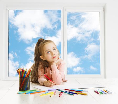soñando: Niño Dibujo Lápices Dreaming Ventana, Creative Chica Pensando Inspiring Kid Mirar hacia arriba, Educación Artística inspiración Concepto