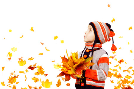 Kid Autumn Fashion, Child Knitted Hat Woolen Jacket Clothing, Boy with Fall Leaves Looking Up on White, five years old Archivio Fotografico