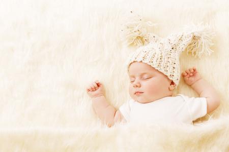 아기: 아기 수면, 잠 모자, 담요에 새로운 태어난 신생아 아이 초상화 1 개월 소녀 수면 침대 스톡 콘텐츠