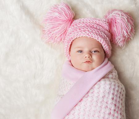niño y niña: Bebé envuelto en Manta recién nacido, recién nacido Kid Bundled Sombrero, Un Mes en la alfombra Foto de archivo
