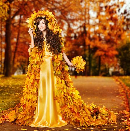 Woman Autumn Fashion Portrait, Fall Leaves Cape, Model Girl in Yellow Season Fantasy Park Foto de archivo