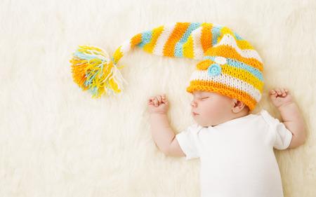 dormir: Bebé que duerme en el sombrero, recién nacido niño dormir en Bad, recién nacido un mes de edad
