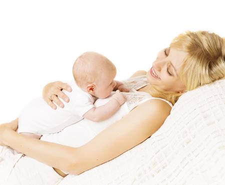 mamma e figlio: Madre E Bambino appena nato, holding della mamma appena nato capretto, Bambino infantile su sfondo bianco