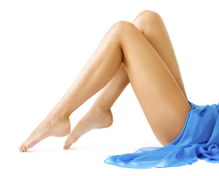 jeune femme nue: Jambes de femme, Slim Leg peau lisse, jeune fille en robe bleue Allongé sur blanc