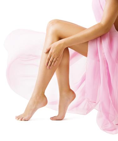 femmes nues sexy: Femme jambes, fille en rose Tissu Tissu, Slim Leg peau lisse sur blanc