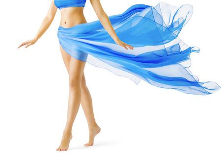 Piernas de la mujer, Chica en vestido azul que agita, Piel Suave Pierna Andar de puntillas sobre el White Foto de archivo - 45882306