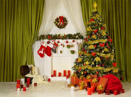 クリスマスの部屋のクリスマス ツリー、内装インテリア、靴下は暖炉、プレゼント ギフト、サンタ袋をぶら下げ
