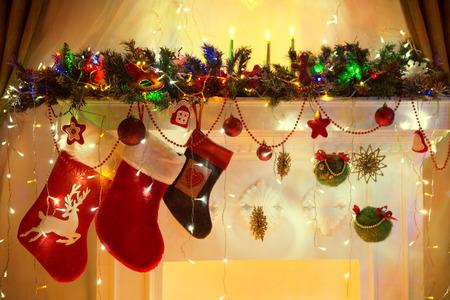 calcetines: Navidad Chimenea, familiares Calcetines colgantes, Navidad Luces Decoración, ramas de árbol Foto de archivo
