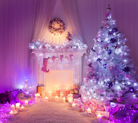 Christmas Room Fireplace Tree Lights, Xmas Home Interior Decoration, Hanging Sock and Presents Foto de archivo