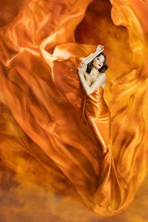 Vrouw Dans in Brand, Fashion Girl Oranje Kleding Dansen Fabric Vloeiende als Silk Flame Stockfoto